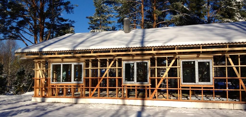 Enne välislaudise löömist on hea kui katuse, akende ja lumeraskus karkassi paika surub :)